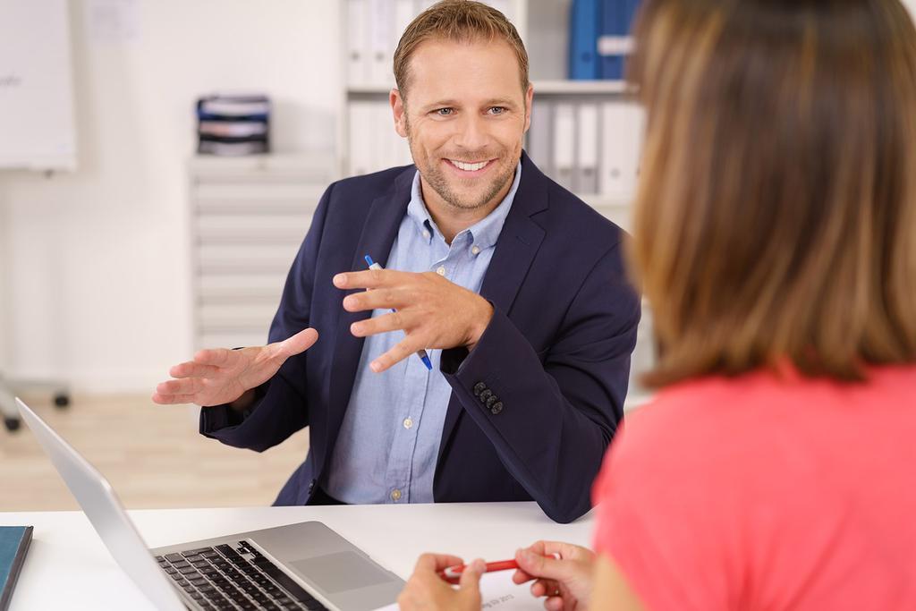 Verkaufer und Kunde halten ein Gespräch.
