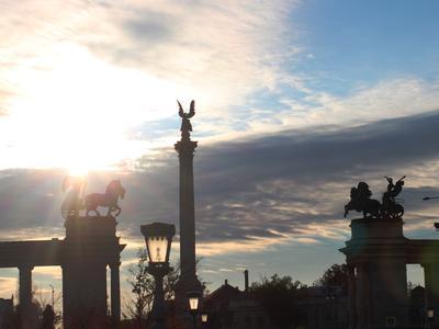 Heldendenkmal und Kolonnade