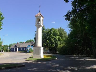 Die Hauptstraße, die zur Wasserburg führt.