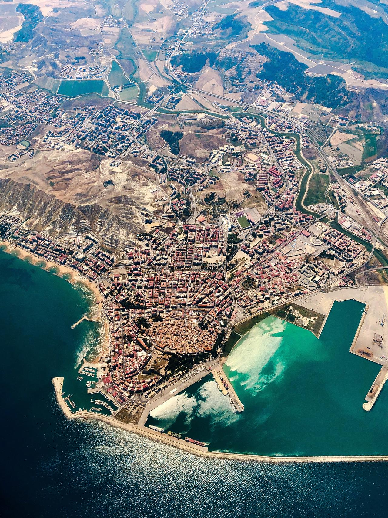 """Crotone von oben. Links sieht man die Strandpromenade """"Lungomare Di Crotone""""."""