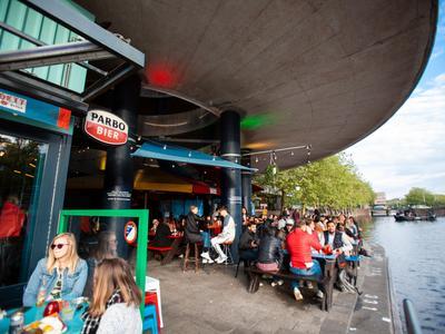 Der Außenbereich der Bar Waterkant.