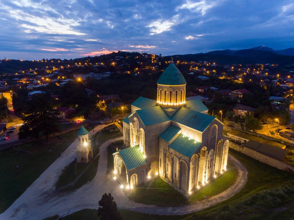 Die Bagrati-Kathedrale in Kutaissi in der Dämmerung.