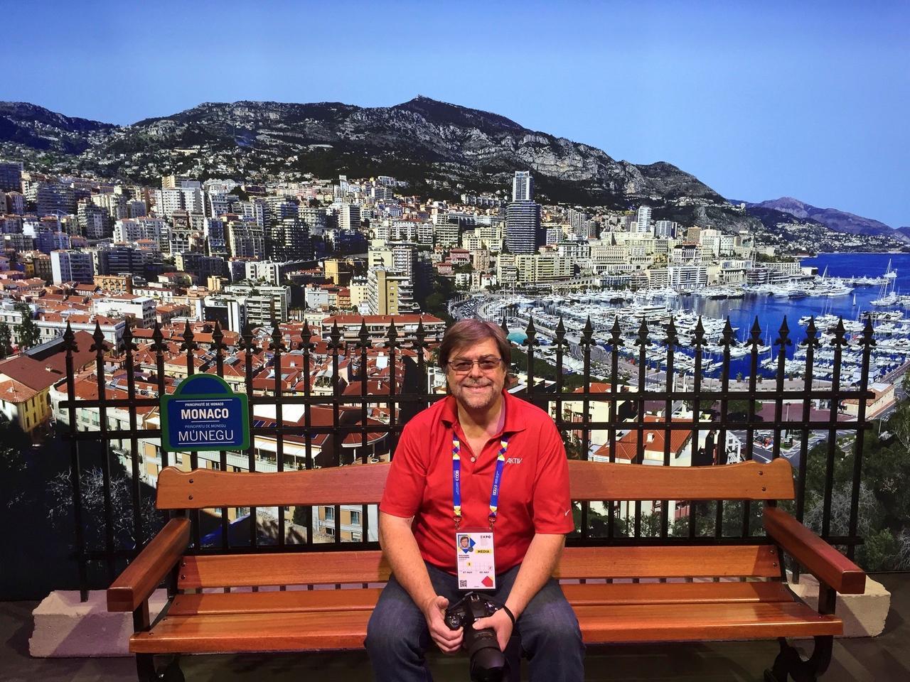Mit Badge und Kamera oberhalb von Monaco.