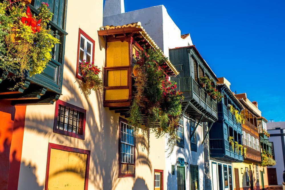Farbenfrohe Fassaden mit Blumendekoration in Santa Cruz / La Palma