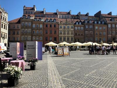 Straßenkünstler am Marktplatz und Eingang zum Warschau-Museum.