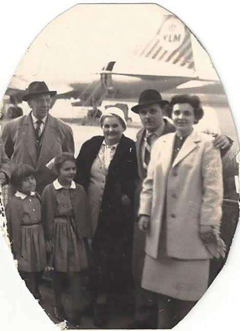Foto einer KLM-Passagierin mit ihrer Familie in Nürnberg aus dem Jahr 1960.