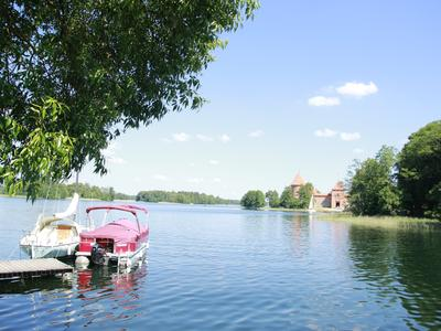 Ausblick auf Wasserburg und Seenlandschaft.