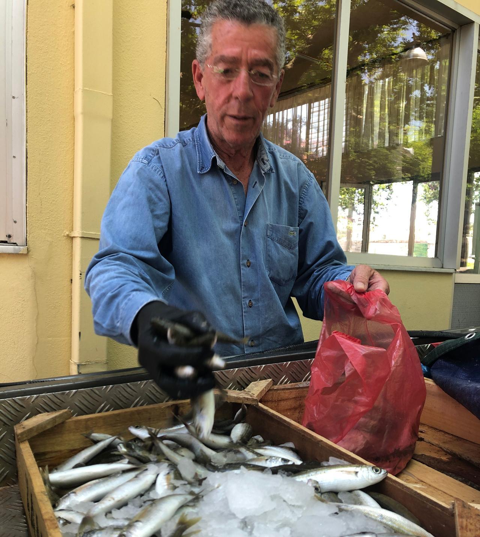 Kostas verkauft Fisch in der Gemeinde Alagni.