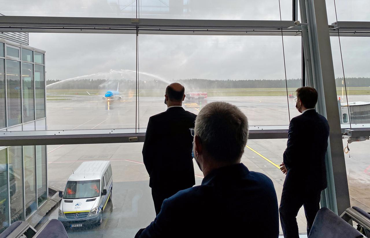 Die Flughafenfeuerwehr begrüßte die KLM-Maschine mit einer Wasserfontäne.