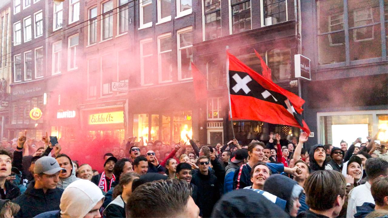 Fußballfans feiern in der Straße.