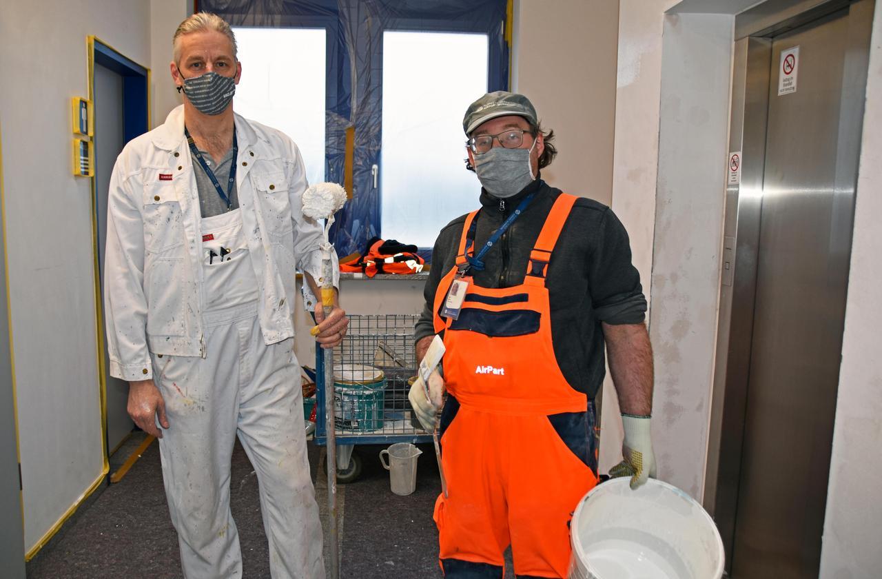 Malermeister Dieter Cerbin (links) wird derzeit vonRalf Dornaus der Abteilung Flugzeugabfertigung unterstützt.