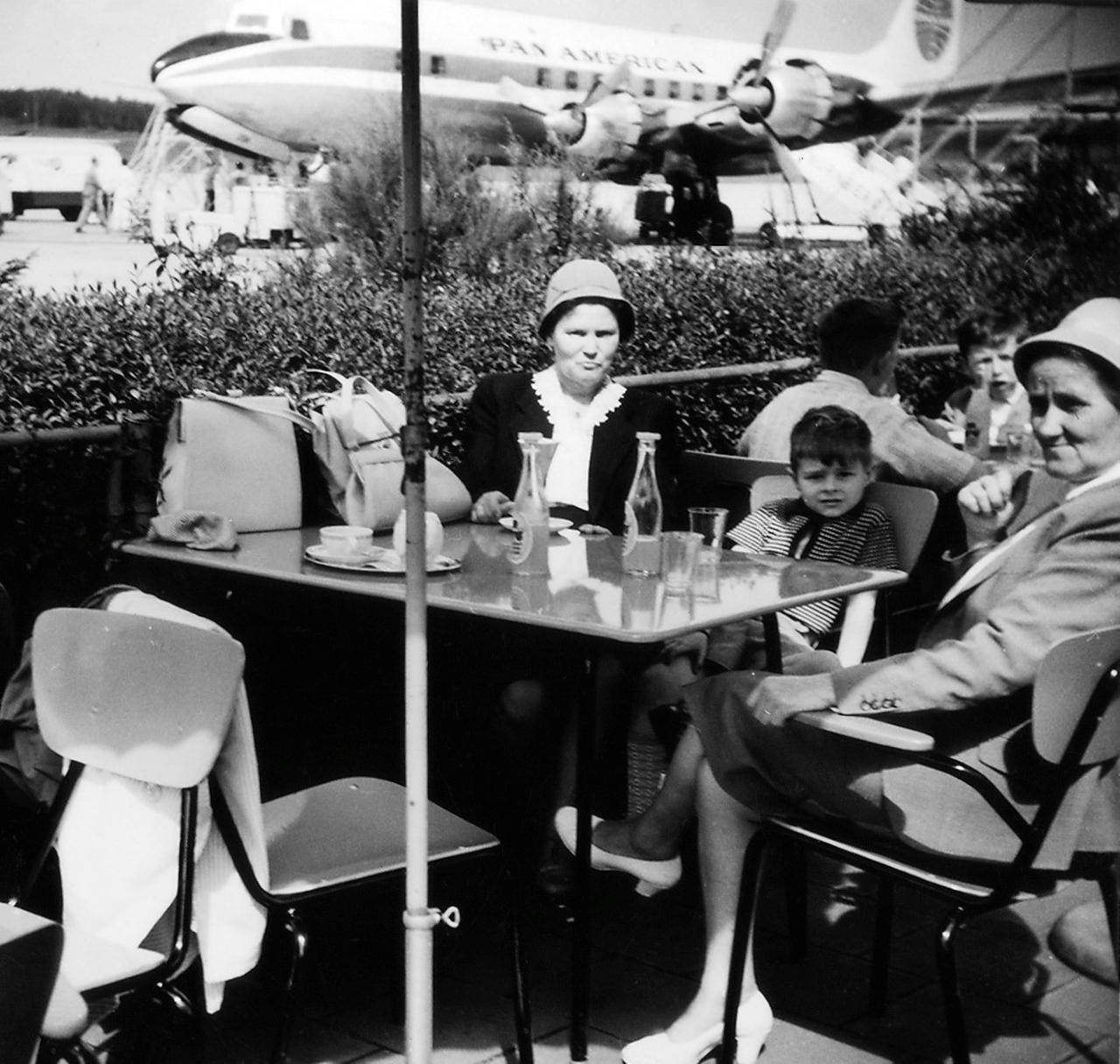Gößweins Familie am Nürnberger Flughafen im Sommer 1961.