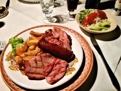 Im urigen Gewölbekeller des Restaurants Crama Sibiul Vechi kann man den Abend mit einem transsilvanischen Fleischteller und einer guten Flasche Rotwein genießen. Ort: Sibiu, Crama Sibul Vechi