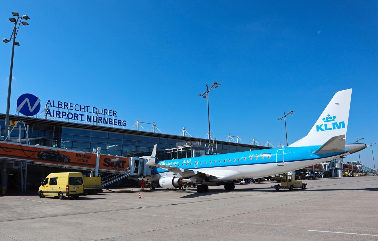 Aktueller Cityhopper der KLM im Jahr 2019 am Airport Nürnberg.