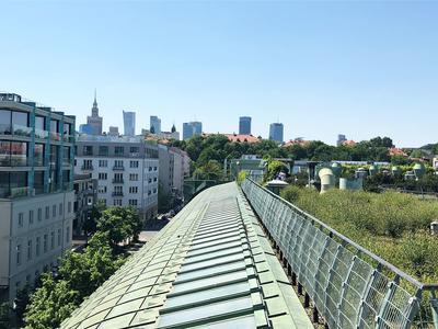 Ausblick von den Dachgärten auf Warschaus Skyline.