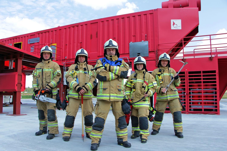 Feuerwehrfrauen und -männer am Airport Nürnberg.