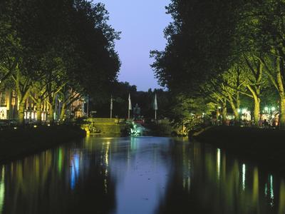 Königsallee in Düsseldorf bei Nacht