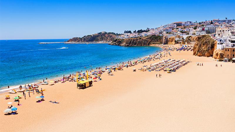 Strand von Albufeira in Portugal