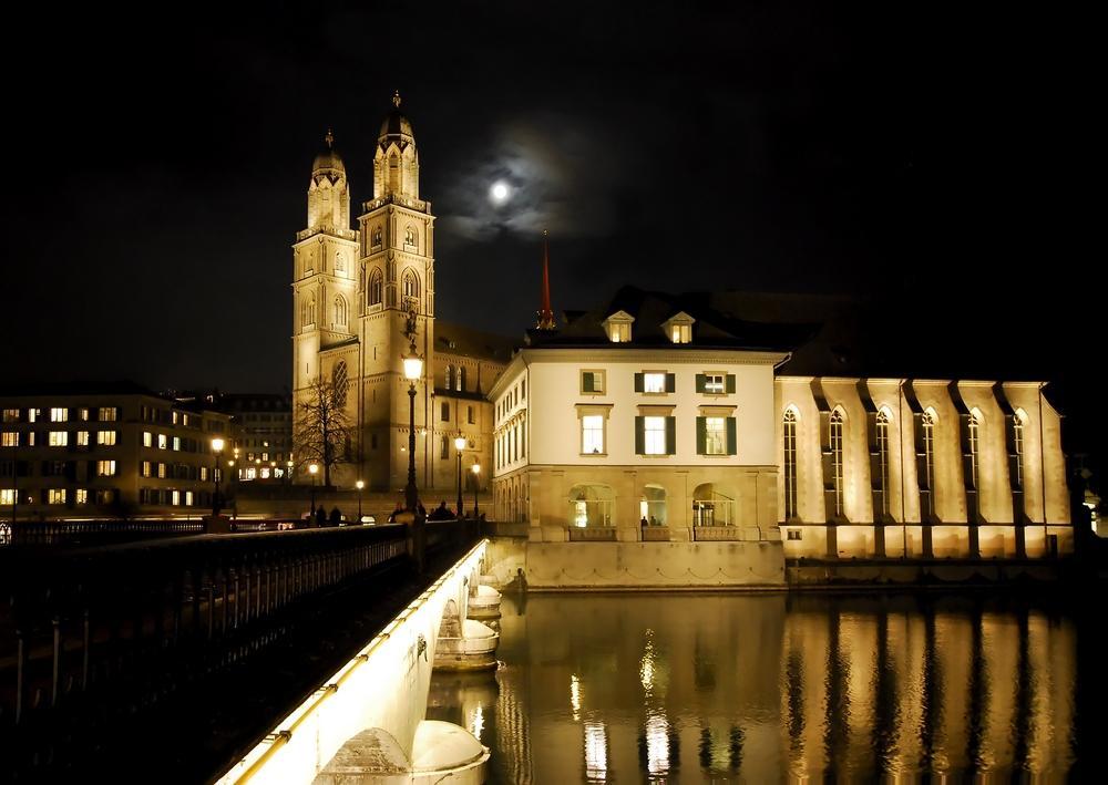 Kirche Großmünster in Zürich bei Nacht