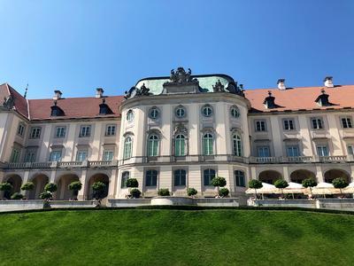 Die Rückseite des Königsschlosses mit heller Fassade.