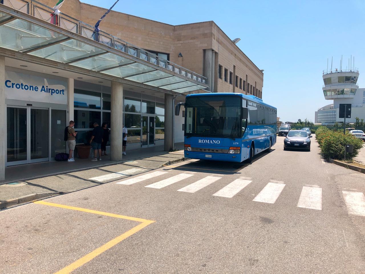 Bus am Flughafen von Crotone