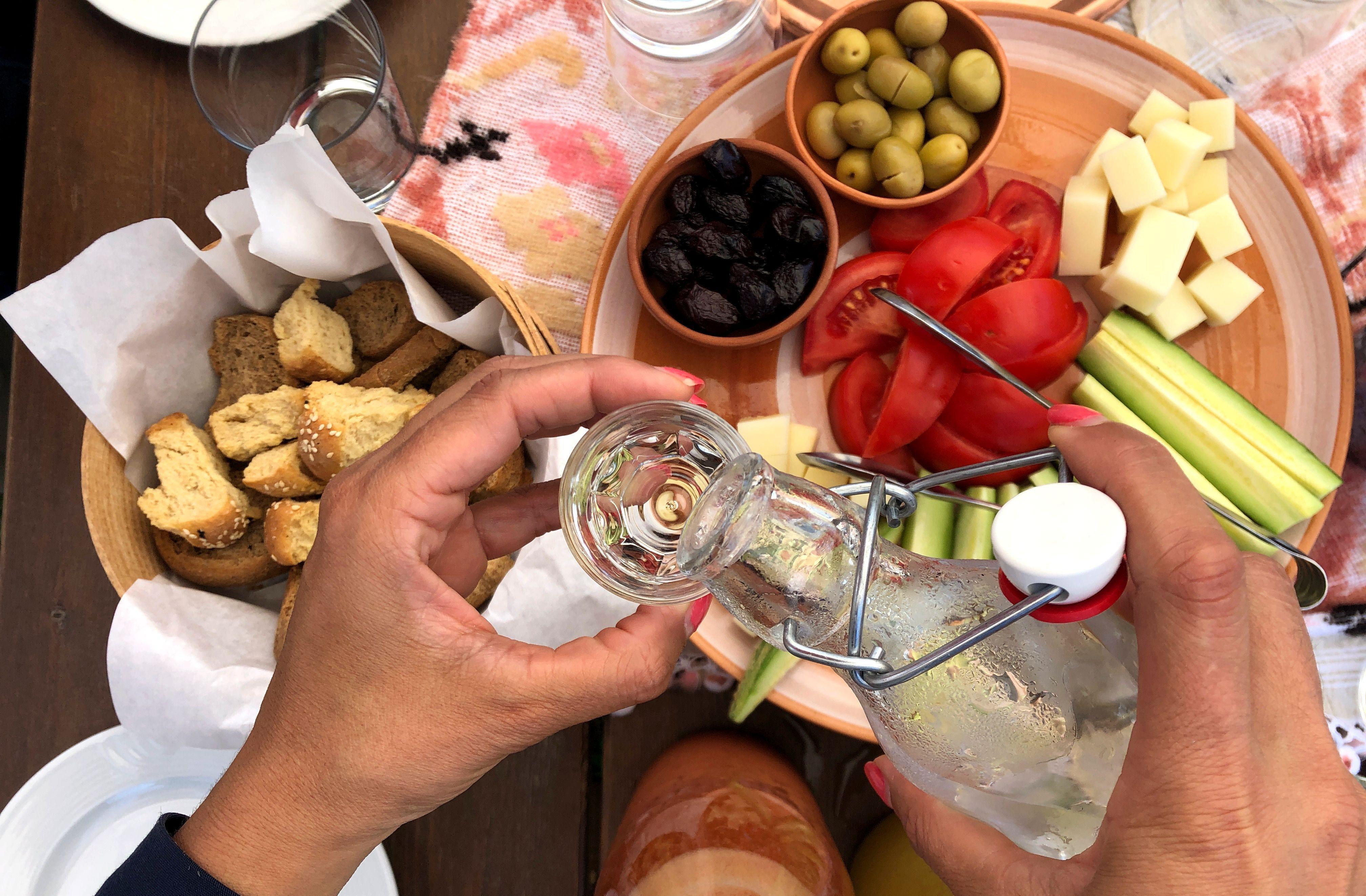 Bei Kretas sommerlichen Temperaturen reicht als Snack meist eine gemischte Platte mit Gemüse, Käse und Brot.