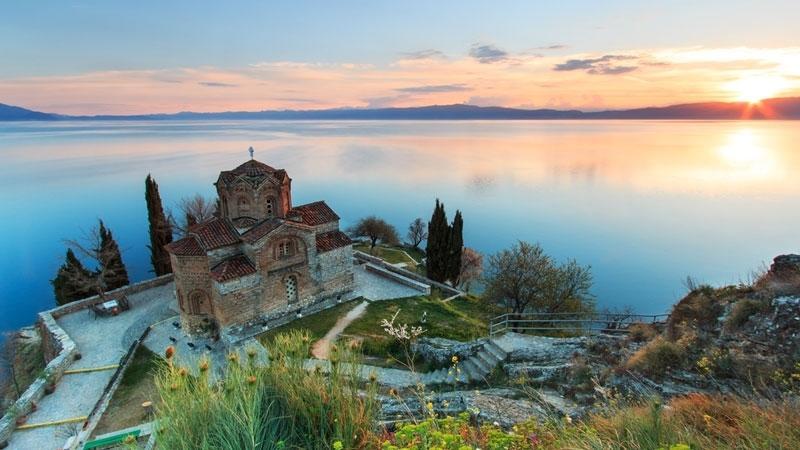 Kirche an einem See in Skopje