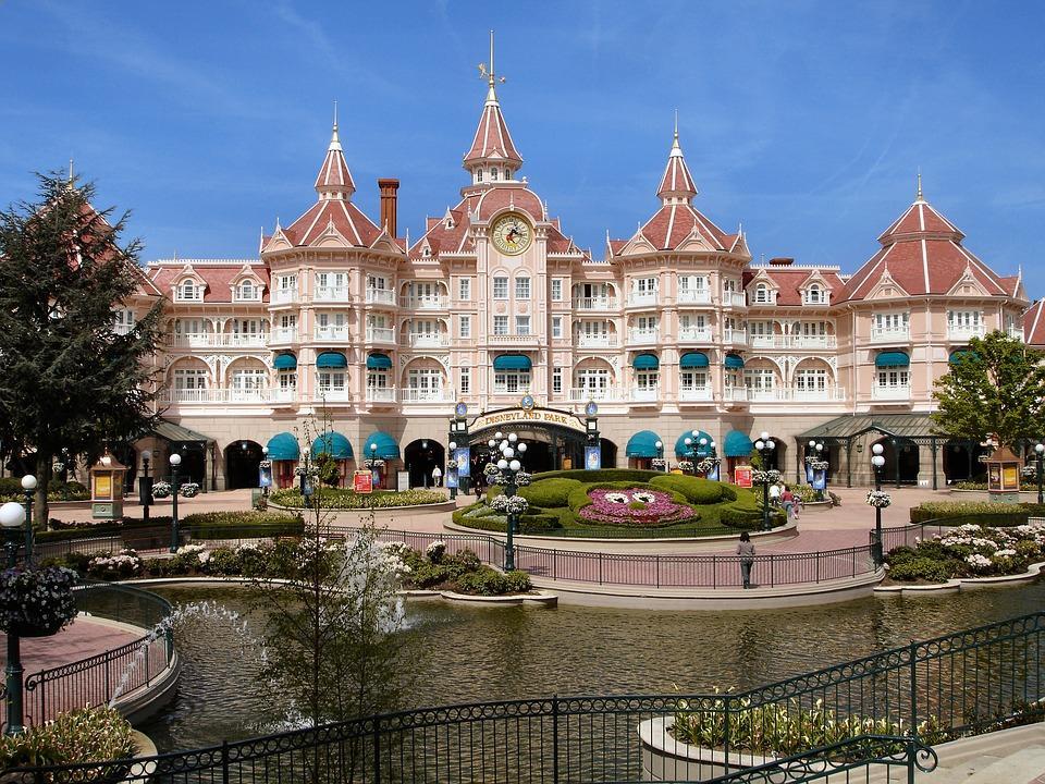 Übernachten Sie im Disneyland Hotel.