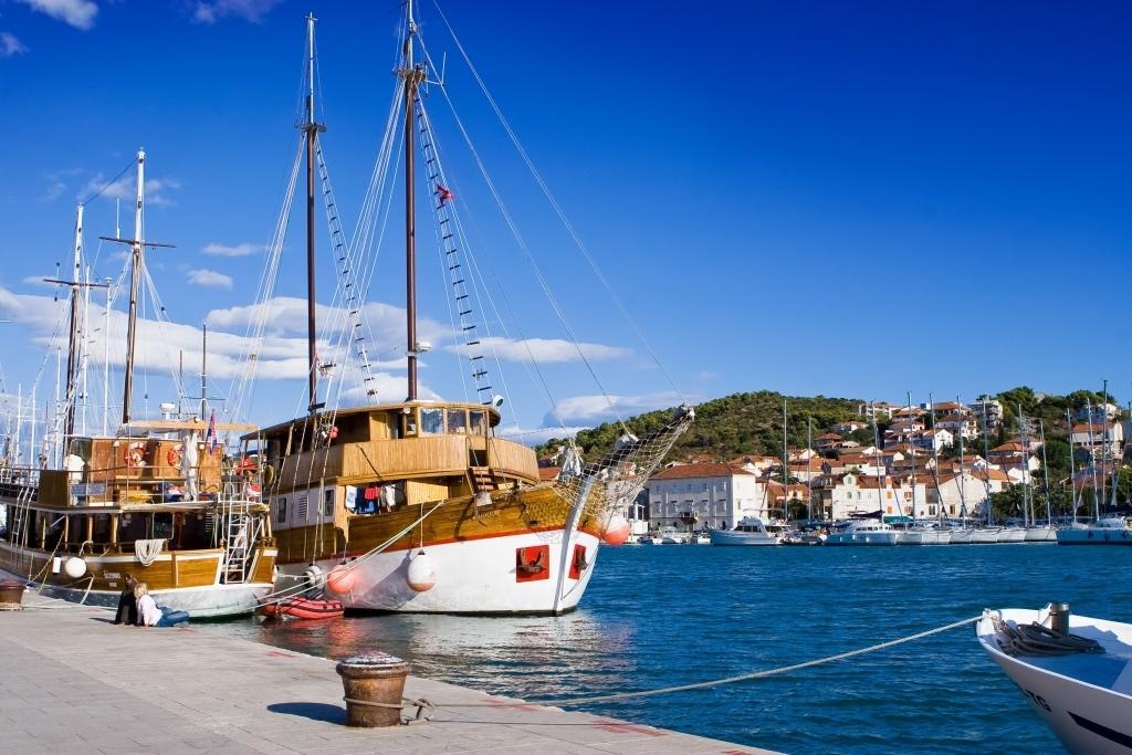 Hafen in Trogir in Kroatien
