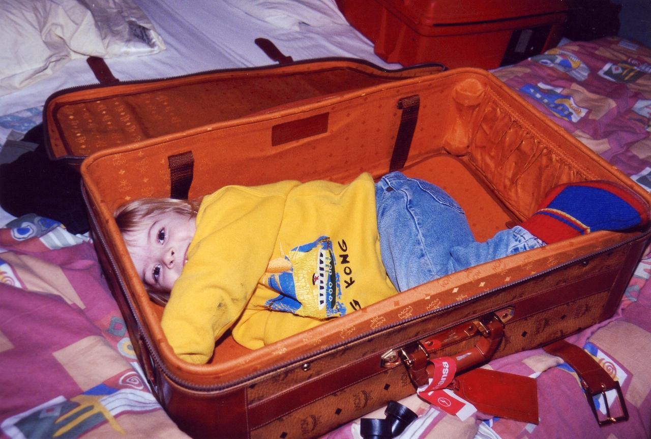 Gößweins Tochter im Reisekoffer.