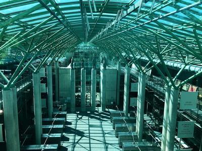 Ein gläserner Bau der Universität.