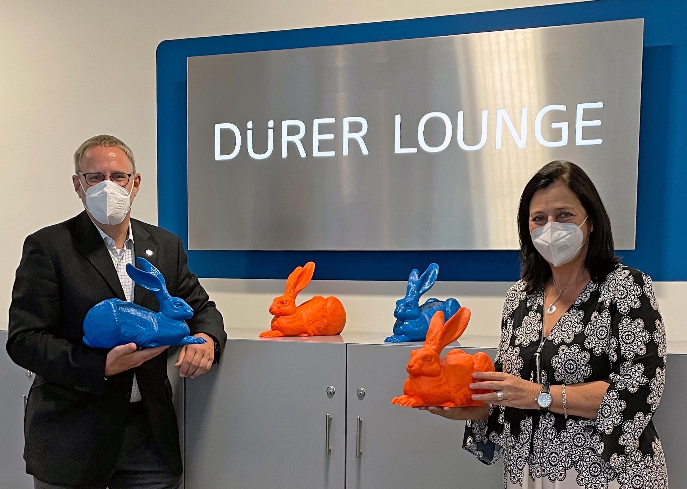 Stellen die neue Dürer Lounge vor: Business Account Manager Air France KLM Eva-Maria Rau und Flughafengeschäftsführer Dr. Michael Hupe.
