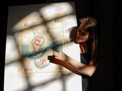 Die Führerin erklärt den mittelalterlichen Stadtplan.