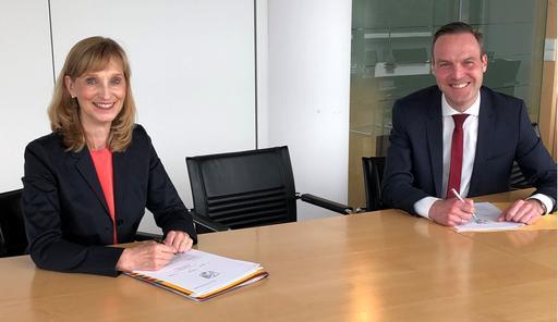 Sabine Kubitza und Dr. Felix Nolte, BImA-Abteilungsleiter Verkauf für Ostwestfalen, bei der Vertragsunterzeichnung / © Bruno Schwope /BGW