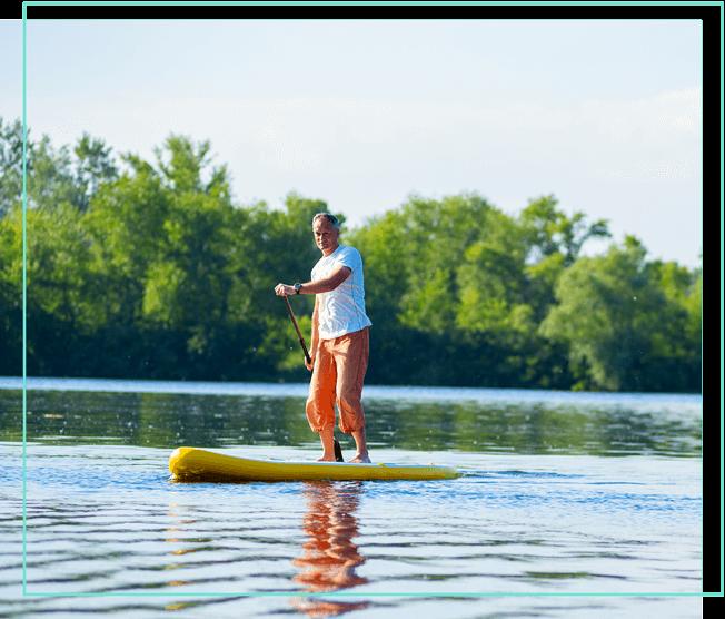 Mann auf Stand-up-Paddle auf einem Fluss