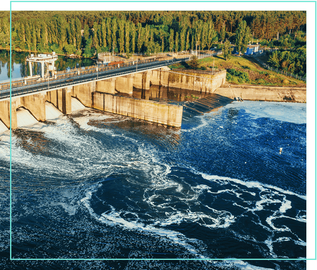 Wasserkraftwerk im Wald