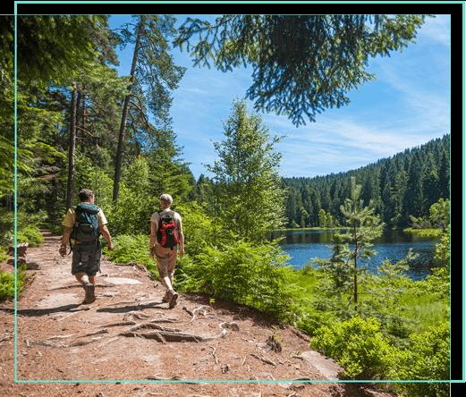 Wanderer am See im Schwarzwald