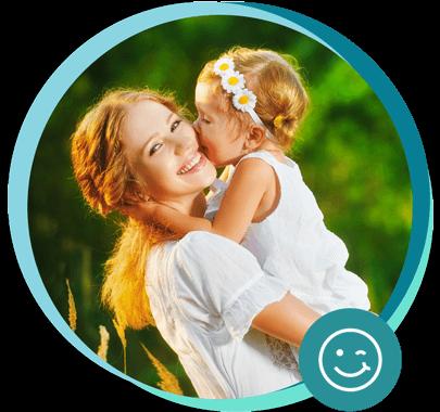 Mutter mit Tochter auf dem Arm in der Natur