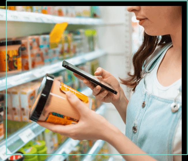 Frau scannt Lebensmittel mit Smartphone