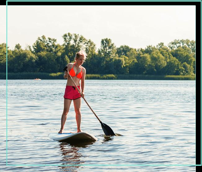 Frau auf Stand-up-Paddle auf einem Fluss