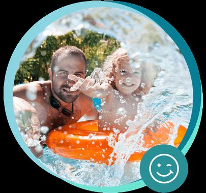 Vater mit Tochter im Wasser mit Schwimmreifen