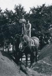 Orvar och Olle är på väg att handlasta ett lass med grus ute i Oxie, för transport in till stan. Ett lass med grus kostade på den tiden 2,20:-