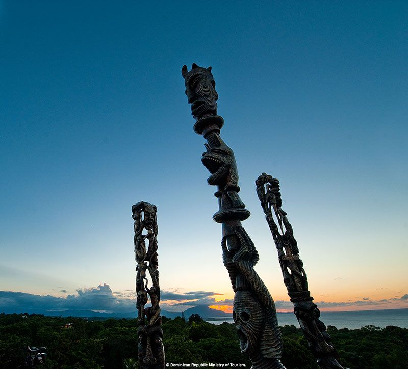 dominikanische republik statuen berge und meer