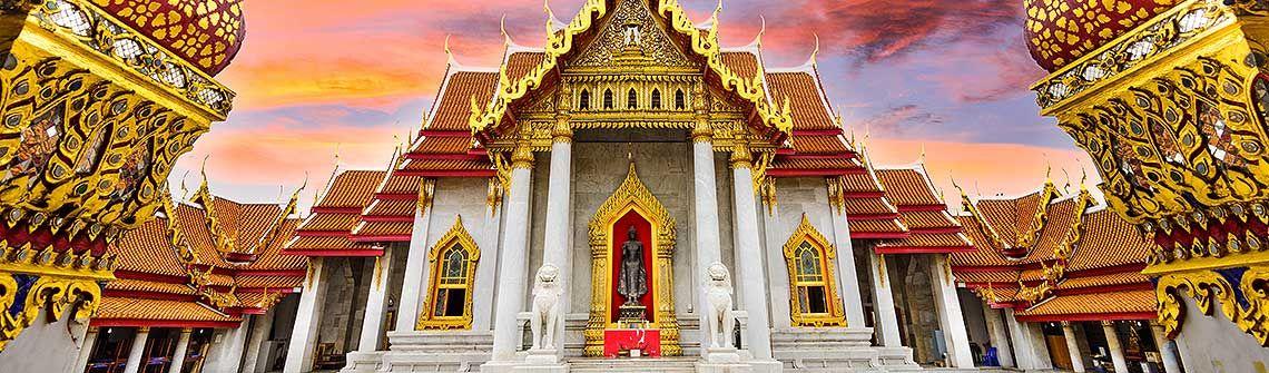 Tempelanlage Thailand berge und meer
