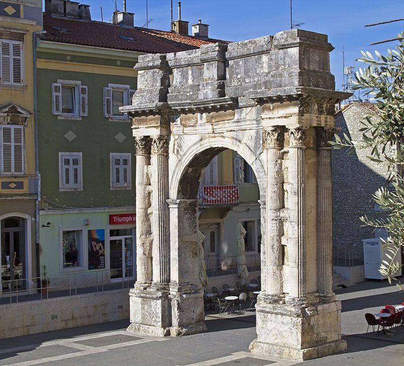 kroatien triumphbogen der sergier  berge und meer