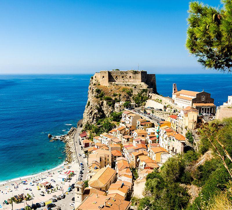 Italien Kalabrien Scilla Kueste  berge und meer