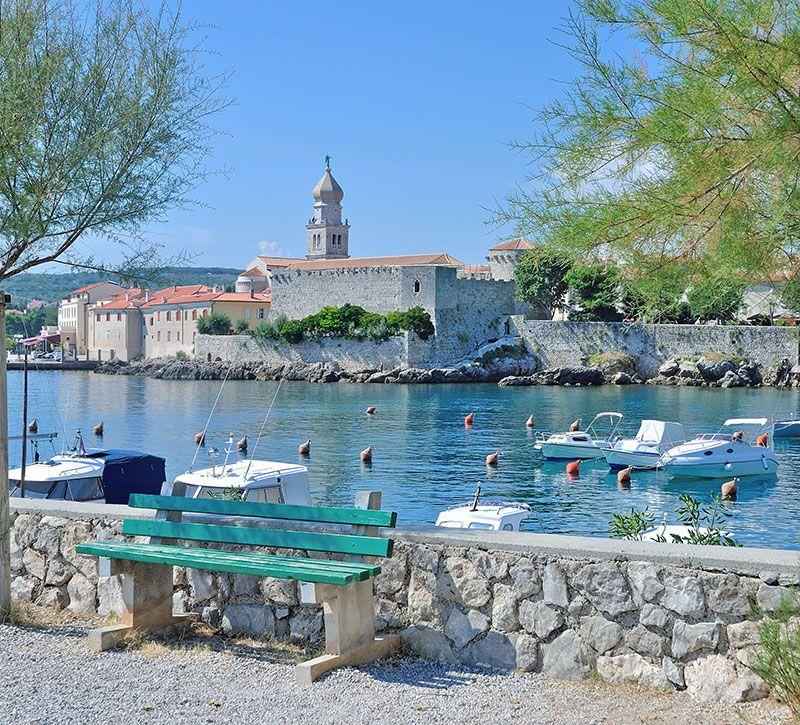 kroatien blick auf krk ort auf der insel krk adria kvarner bucht kroatien travelpeter berge und meer