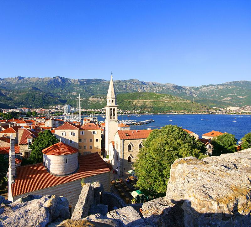 Montenegro Budva Stadtansicht  berge und meer