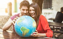 Teaserboxx Paar Weltkugel Globus Katalogwelt berge und meer