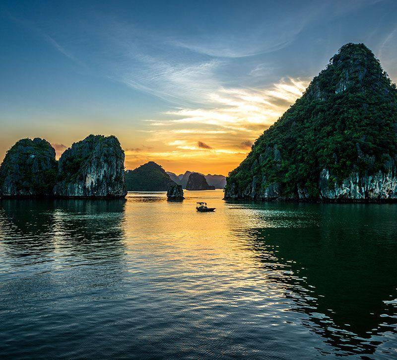 vietnam halong sonnenuntergang berge und meer